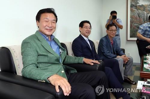 """손학규 문화예술인 초청에 공개 행보…""""정치 목적 아냐"""""""