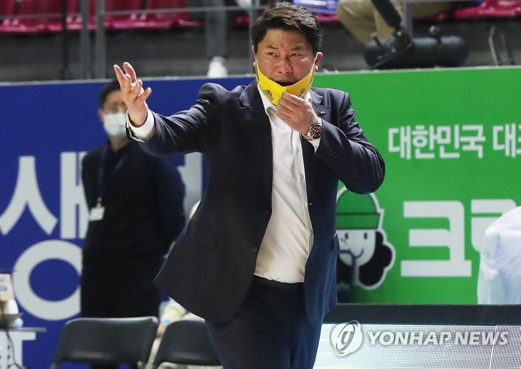 작전 지시하는 안덕수 감독
