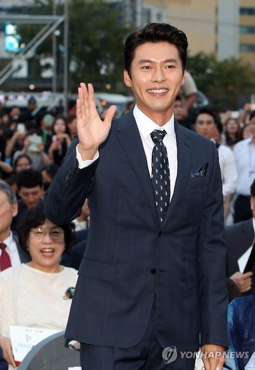 South Korean actor Hyun Bin greets the audience after being appointed as a promotional ambassador for the 2016 Gwangju Biennale at the event's opening ceremony on Sept. 1, 2016. (Yonhap)