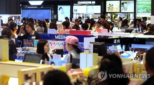 The cosmetics section of Galleria Duty Free 63 in Seoul is crowded with shoppers on April 1, 2016. (Yonhap)