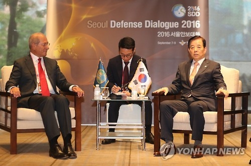 This photo taken on Sept. 8, 2016, shows OPCW Secretary General Ahmet Uzumcu in talks with Defense Minister Han Min-koo during the Seoul Defense Dialogue 2016 in Seoul. (Yonhap)