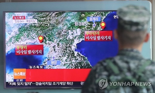 In this photo taken on Sept. 9, 2016, a soldier looks at a television report on North Korea's possible nuclear test at Seoul Station. (Yonhap)