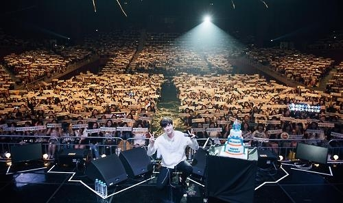 South Korean star actor Lee Jong-suk shows up at the meet-and-greet fan event held in southeastern Seoul on Sept. 10, 2016. This photo was provided by the YG Entertainment. (Yonhap)