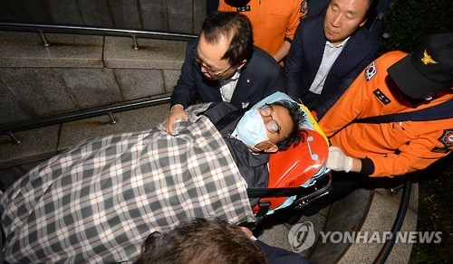 Lee Jung-hyun, the chief of the ruling Saenuri Party, is transfered to a hospital as he ends his week-long hunger strike on Oct. 2, 2016. (Yonhap)