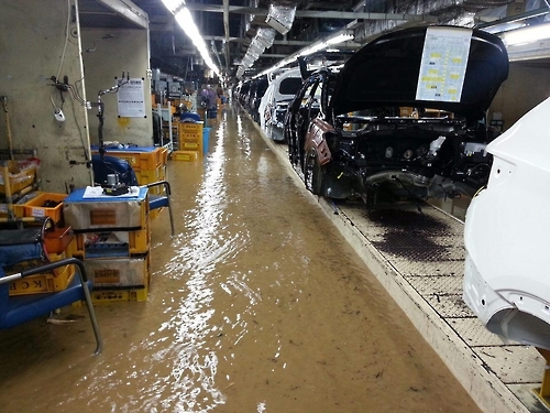 Hyundai Motor Co.'s plant in Ulsan is flooded as Typhoon Chaba hit the southern part of the country on Oct. 5, 2016. (Courtesy of the Ulsan branch of the Korean Confederation of Trade Union)