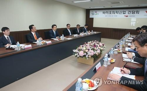 Prime Minister Hwang Kyo-ahn holds a meeting in Songdo in the western port city of Incheon on March 31, 2016, to discuss measures to boost biotech and medical industry. (Yonhap)