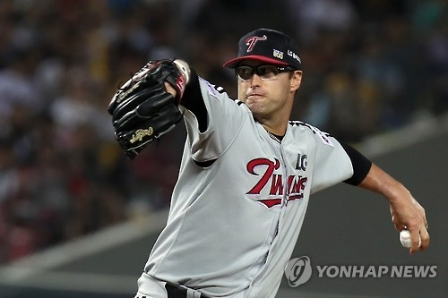 David Huff of the LG Twins delivers a pitch against the Kia Tigers in their Korea Baseball Organization game in Gwangju on Sept. 27, 2016. (Yonhap)