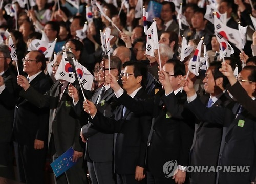Prime Minister Hwang Kyo-ahn (C front row) waves the Korean flag at a Hangeul Day ceremony in Seoul on Oct. 9, 2016. (yonhap)