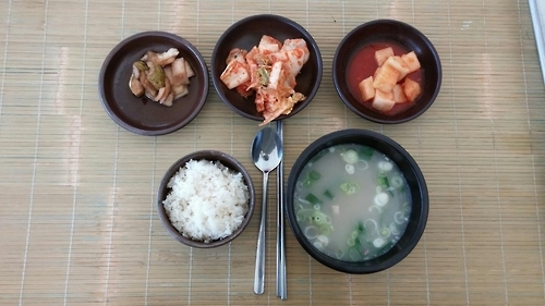 This photo, taken on Oct. 7, 2016, shows a bowl of ox head soup with rice and side dishes at the Haemieupseong Festival. (Yonhap)