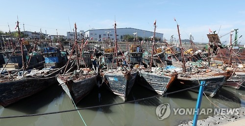 A number of Chinese fishing boats that were caught while operating illegally in Korea's exclusive zone are moored at a port in Incheon, west of Seoul, on Oct. 10, 2016. The growing seriousness of the problem from such illegal activities was reinforced on Oct. 7 when a Chinese boat intentionally collided and sank a South Korean Coast Guard vessel that was trying to stop illegal fishing. (Yonhap)
