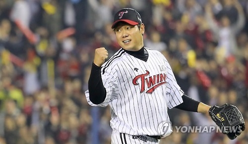 Ryu Jae-kuk of the LG Twins pumps his fist after the end of the eighth inning against the Kia Tigers in their Korea Baseball Organization wild card game at Jamsil Stadium in Seoul on Oct. 11, 2016. (Yonhap)