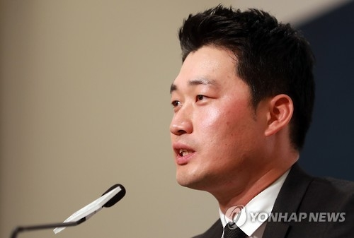 Oh Seung-hwan of the St. Louis Cardinals speaks at a press conference in Seoul on Oct. 12, 2016. (Yonhap)