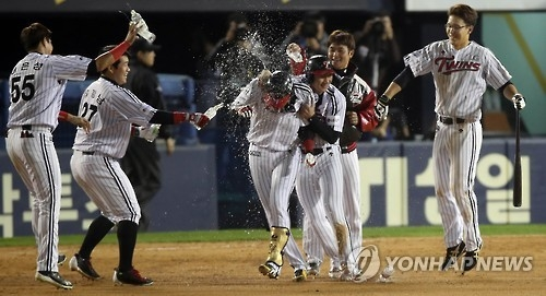 LG Twins' players celebrate their 2-1 walk-off victory over the NC Dinos in the Korea Baseball Organization postseason at Jamsil Stadium in Seoul on Oct. 24, 2016. (Yonhap)