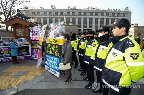 Protesters demand President Park Geun-hye's impeachment outside the Constitutional Court in Seoul on Jan. 3, 2017, as police stand guard. (Yonhap)