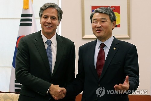 U.S. Deputy Secretary of State Antony Blinken (L) shakes hands with South Korea's Deputy National Security Adviser Cho Tae-yong during a meeting in Seoul on Oct. 6, 2015. (Yonhap)