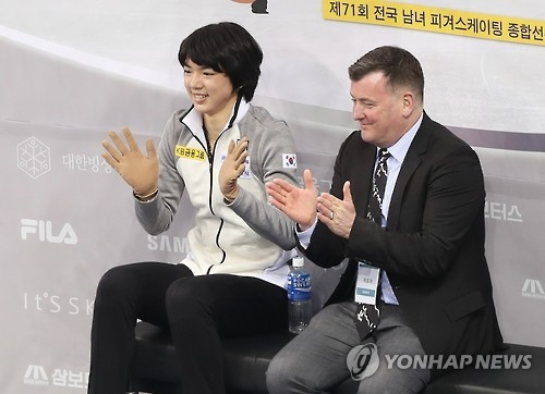 South Korean figure skater Cha Jun-hwan (L) and his coach Brian Orser wait for Cha's score after his free skate at the 71st National Figure Skating Championships at Gangneung Ice Arena in Gangneung, Gangwon Province, on Jan. 8, 2017. (Yonhap)