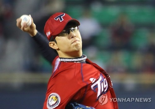 In this file photo taken on Oct. 11, 2016, Yang Hyeon-jong of the Kia Tigers throws a pitch against the LG Twins in their Korea Baseball Organization wild card game at Jamsil Stadium in Seoul. (Yonhap)