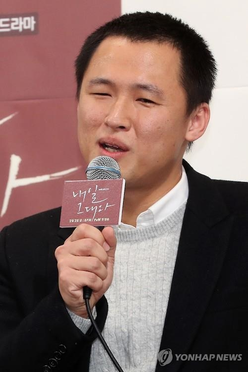 "Director Yoo Je-won speaks to reporters at a media event for the upcoming tvN drama ""Tomorrow With You"" in Seoul on Jan. 23, 2017. (Yonhap)"