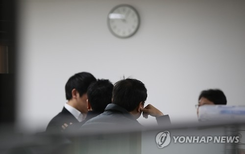 Officials are shown at the Financial Supervisory Commission in Seoul on Feb. 3, 2017, as investigators raided the offices over the latest influence-peddling scandal centered on President Park Geun-hye and her friend. (Yonhap)