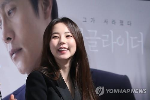 "In this file photo, actress An So-hee speaks to reporters at a media event for her movie ""Single Rider"" on Jan. 16, 2017, at a theater in southern Seoul. (Yonhap)"