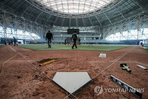 In this file photo taken on Jan. 22, 2017, grounds crew work the field at Gocheok Sky Dome in Seoul ahead of the 2017 World Baseball Classic. (Yonhap)