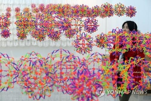 A visitor looks at an art installation at the Green City Experience Center in Gangneung, 237 kilometers east of Seoul, on Feb. 1, 2017, two days ahead of the opening of the 2017 PyeongChang Biennale. The event, which will last until Feb. 26, is designed to mark the 2018 PyeongChang Winter Olympics. (Yonhap)