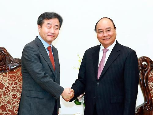 Park No-hwang (L), president and CEO of Yonhap News Agency, shakes hands with Vietnamese Prime Minister Nguyen Xuan Phuc at the latter's office in Hanoi on Feb. 9, 2017 (VNA-Yonhap)