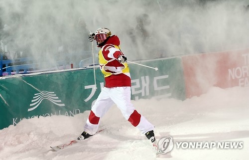 Canadian mogul skier Mikael Kingsbury celebrates after finishing his final race at the FIS Freestyle Ski World Cup at Phoenix Snow Park in PyeongChang, Gangwon Province, on Feb. 12, 2017. (Yonhap)