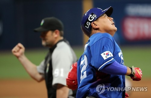 South Korea's Kim Tae-kyun reacts after hitting into a double play against the Netherlands at the World Baseball Classic at Gocheok Sky Dome in Seoul on March 7, 2017. (Yonhap)