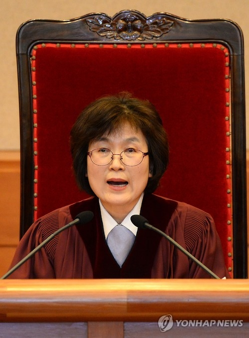 Lee Jung-mi, acting chief of the Constitutional Court, delivers the ruling on the impeachment of President Park Geun-hye in Seoul on March 10, 2017. The eight judges of the court unanimously ruled to impeach Park, who is accused of colluding with her personal friend in extortion and misuse of power. (Yonhap)