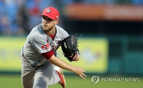In this file photo taken on July 26, 2016, Merrill Kelly of the SK Wyverns delivers a pitch against the Hanwha Eagles during their Korea Baseball Organization regular season game at Hanwha Life Insurance Eagles Park in Daejeon. Kelly will start the Wyverns' 2017 Opening Day on March 31, 2017. (Yonhap)