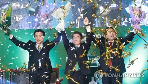 Ahn Cheol-soo (C), Park Joo-sun (R) and Sohn Hak-kyu of the People's Party greet supporters after Ahn wins the party's presidential nomination at a gymnasium in the central city of Daejeon on April 4, 2017. (Yonhap)