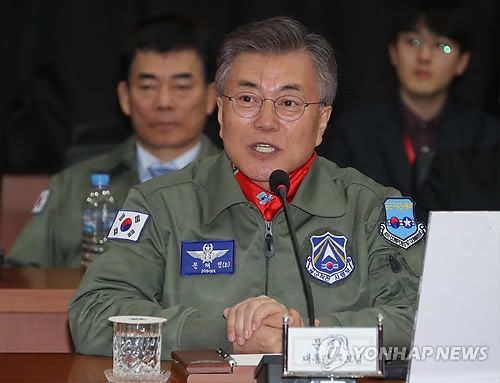 Moon Jae-in, the presidential candidate of the largest Democratic Party, speaks during his visit to the Air Force Operations Command in Pyeongtaek, 70 kilometers south of Seoul, on April 7, 2017. (Yonhap)