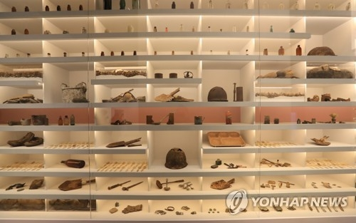 "Personal artifacts of the war dead are displayed at the special exhibition ""Bring Them Home"" taking place at the National Museum of Korean Contemporary History from April 11 to June 11, 2017. (Yonhap)"