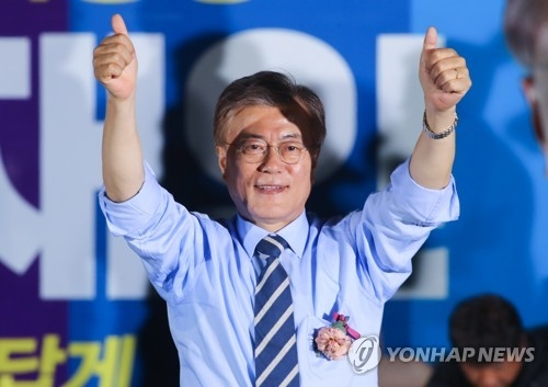 This photo, taken on May 8, 2017, shows Moon Jae-in, the then-presidential candidate of the liberal Democratic Party, giving a thumbs-up during his election campaign in Seoul. (Yonhap)
