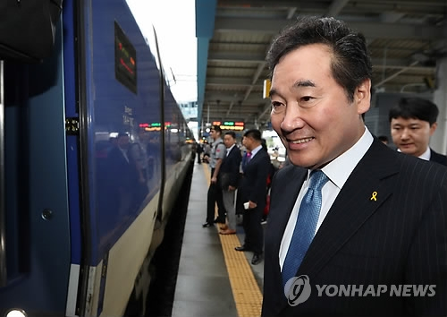 South Jeolla Province Gov. Lee Nak-yon boards a train to Seoul in Gwangju, 329 kilometers south of the capital, on May 10, 2017. (Yonhap)