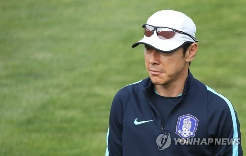 South Korea's under-20 national football team head coach Shin Tae-yong looks his players at Cheonan Football Centre in Cheonan, South Chungcheong Province, on May 29, 2017, one day ahead of their FIFA U-20 World Cup round of 16 match against Portugal. (Yonhap)