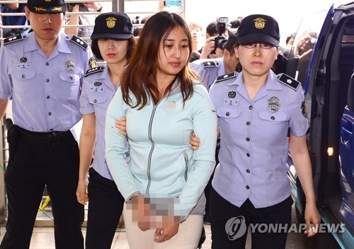 Chung Yoo-ra, the daughter of former President Park Geun-hye's close associate, is brought to the prosecution in Seoul on June 1, 2017, for a second day of questioning on various allegations ranging from illegal university admissions to foreign exchange law breaches. Chung returned to Seoul a day earlier from Denmark where she had resisted extradition. (Yonhap)
