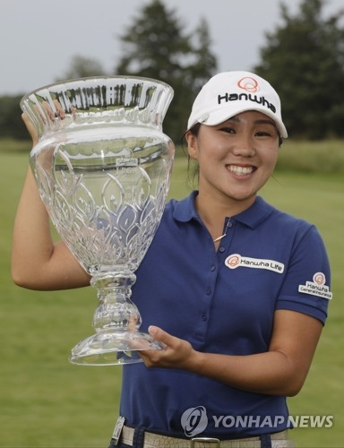 In this Associated Press photo, Kim In-kyung of South Korea poses with the champion's trophy after winning the ShopRite LPGA Classic at Stockton Seaview Hotel and Golf Club's Bay Course in Galloway, New Jersey, on June 4, 2017. (Yonhap)