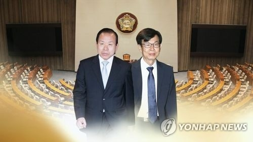 This image, provided by Yonhap News TV, shows Constitutional Court chief nominee Kim Yi-su (L) and Fair Trade Commission chief nominee Kim Sang-jo. (Yonhap)
