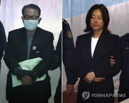 This combined photo, dated April 6, 2017, shows former chief of staff Kim Ki-choon (L) and ex-Culture Minister Cho Yoon-sun (R) entering the the Seoul Central District Court on the first day of their trial in the artist blacklist case in southern Seoul. (Yonhap)
