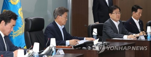 South Korean President Moon Jae-in (second from L) chairs an emergency meeting of the National Security Council at the presidential office Cheong Wa Dae on July 4, 2017, shortly after North Korea launched what was believed to be an intermediate range missile in its sixth missile provocation since Moon came into office in May. (Yonhap)