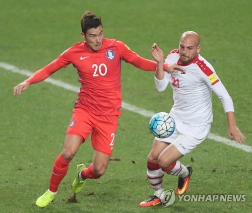 In this file photo taken on March 28, 2017, South Korean defender Jang Hyun-soo (L) vies for the ball with Syria's Nasouh Al Nakdali during the 2018 FIFA World Cup Asian qualifer between South Korea and Syria at Seoul World Cup Stadium in Seoul. (Yonhap)