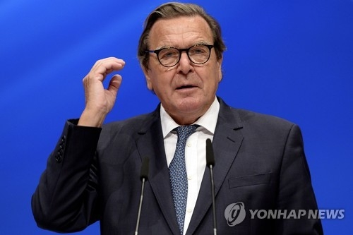 An image provided by the EPA of former German Chancellor Gerhard Schroeder delivering a speech during the federal party conference of the German Social Democratic Party in Dortmund, Germany, on June 25, 2017 (Yonhap)