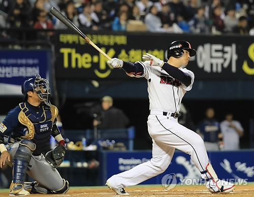 Kim Jae-hwan of the Doosan Bears hits his second three-run home run in the bottom of the sixth inning against the NC Dinos in Game 2 of their Korea Baseball Organization postseason series at Jamsil Stadium in Seoul on Oct. 18, 2017. (Yonhap)