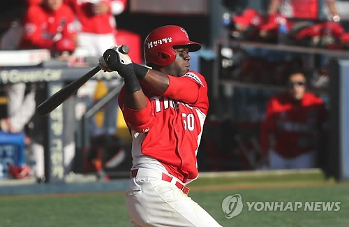 Roger Bernadina of the Kia Tigers hits an RBI single against the Doosan Bears in the top of the fifth inning in Game 3 of the Korean Series at Jamsil Stadium in Seoul. (Yonhap)
