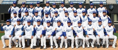 Members of the South Korean national baseball team for the upcoming Asia Professional Baseball Championship in Tokyo pose for a group photo at Jamsil Stadium in Seoul on Nov. 5, 2017. (Yonhap)