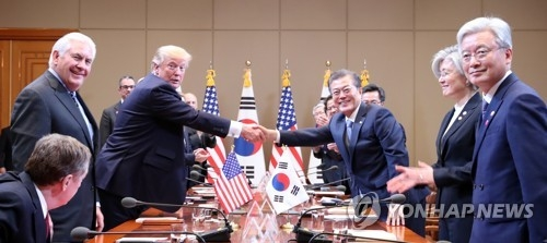 South Korean President Moon Jae-in and U.S. President Donald Trump shake hands before the start of their bilateral summit at the South Korean presidential office Cheong Wa Dae in Seoul on Nov. 7, 2017. (Yonhap)