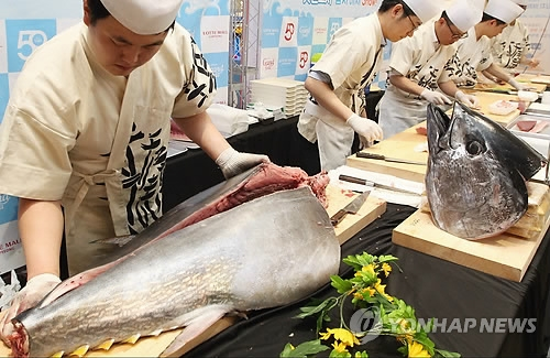A chef cuts up a large tuna at the Japanese restaurant in Lotte World Mall in southern Seoul on April 9, 2017, in this photo provided by Lotte Asset Development. (Yonhap)