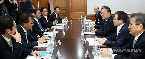 Top officials from related ministries and bodies hold an emergency meeting on ways to curb cryptocurrency speculation at the central government complex in Seoul on Dec. 13, 2017. (Yonhap)